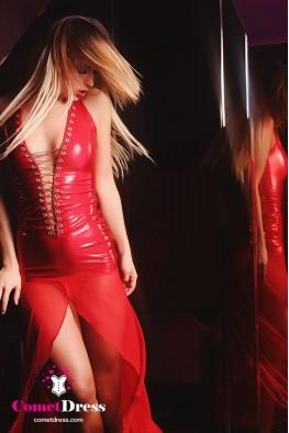Piros csillogó, magasfényű hosszú ruha aranyláncos fűzővel