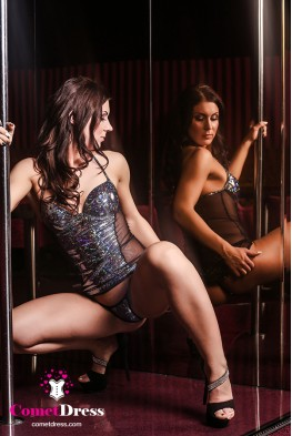 Fekete magasfényű hologramos luxus miniruha, testhálóval díszítve